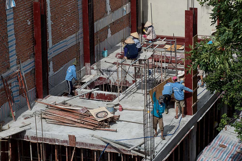 Công nhân đang xây dựng một công trình nhà ở